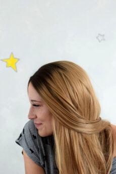 Syntetická paruka v medové blond barvě