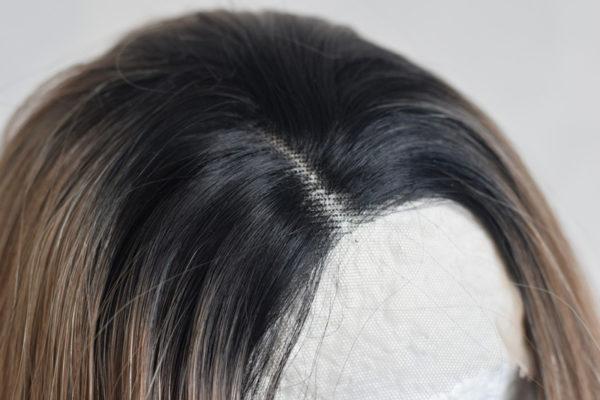Syntetická dámská paruka v kouřově hnědé barvě s délkou pod lopatky.