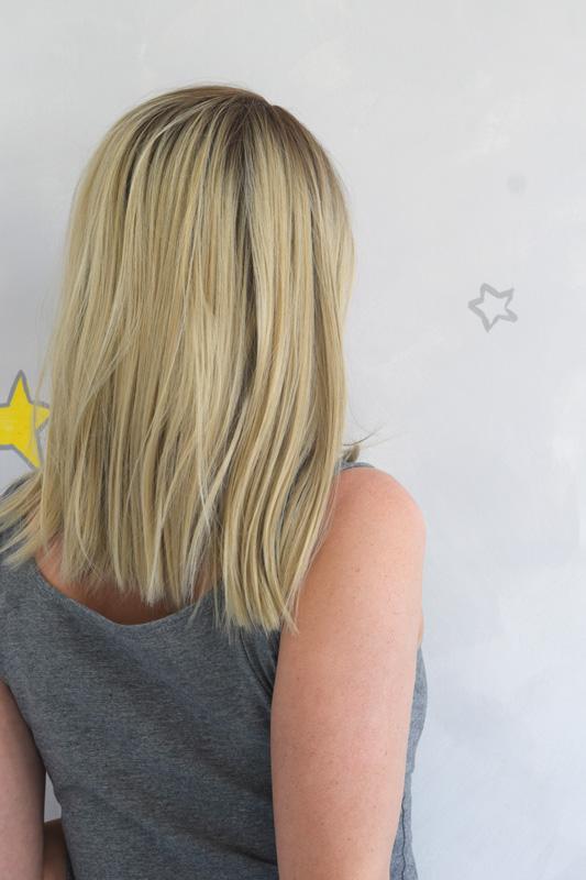 Paruka ze syntetického materiálu v blond barvě.
