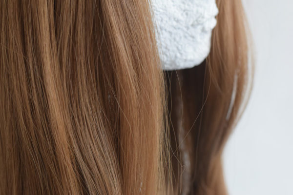 Paruka s ofinou ze syntetického materiálu v hnědé barvě s délkou pod ramena.