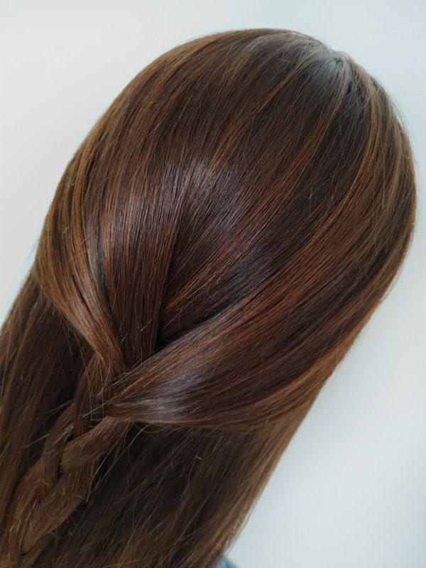 Tmavě hnědá dámská paruka v střední délce s tmavšími odrosty.