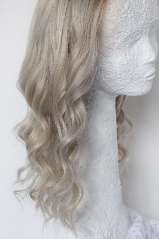 Paruky z pravých vlasů v platinové barvě s hnědými odrosty.