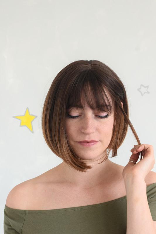 Ofinová hnědá syntetická paruka v délce pod uši.
