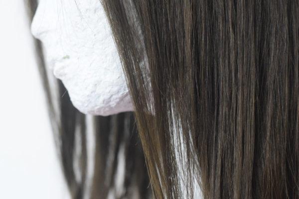 Pravý vlas v tmavě hnědé barvě a s délkou na ramena.