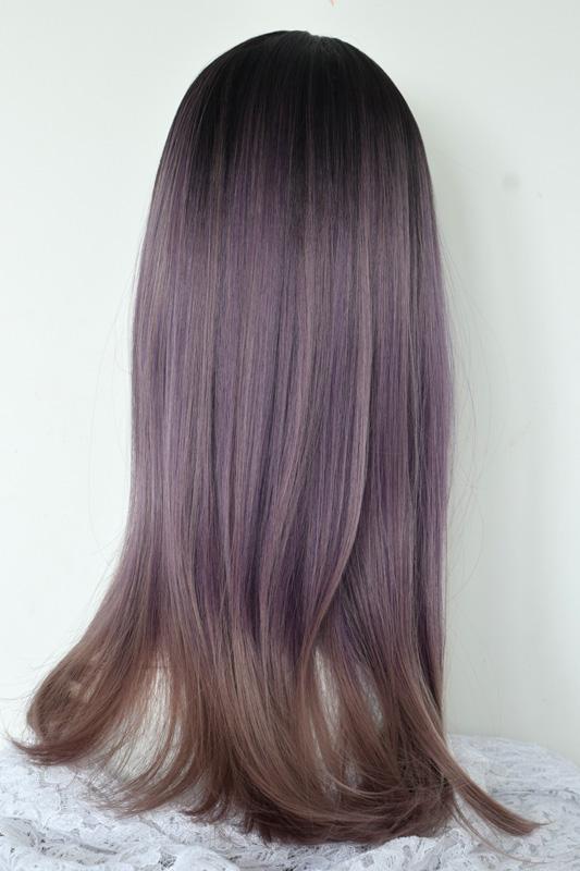 Syntetická paruka s ofinou v ombre stylu s fialovým nádechem.