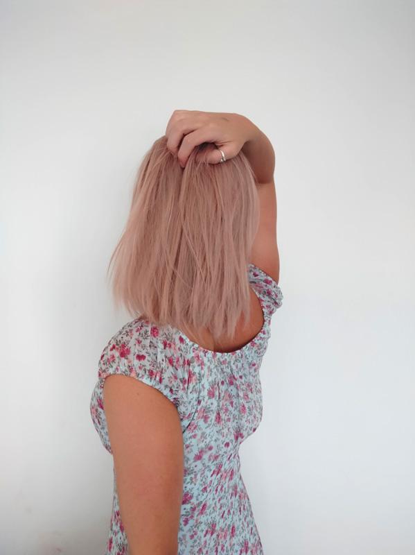 Broskvová ping v syntetické barvě s délkou na ramena.