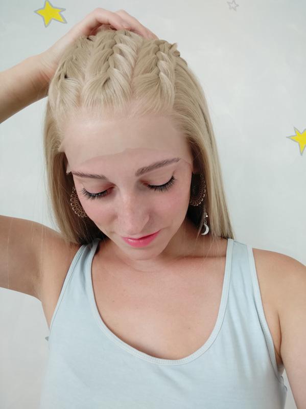 Paruka syntetický materiál s ročním poutkováním a přirozené barvě blond.