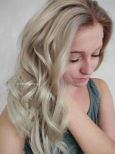 Paruka z pravého vlasu v naked blond barvě s délkou pod ramena.