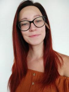 Dámské paruky z lidského vlasu. V černočervené barvě s délkou pod ramena.