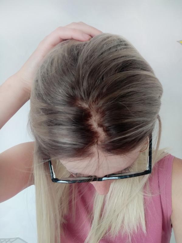 Dámská paruka v blond barvě s tmavšími odrosty.