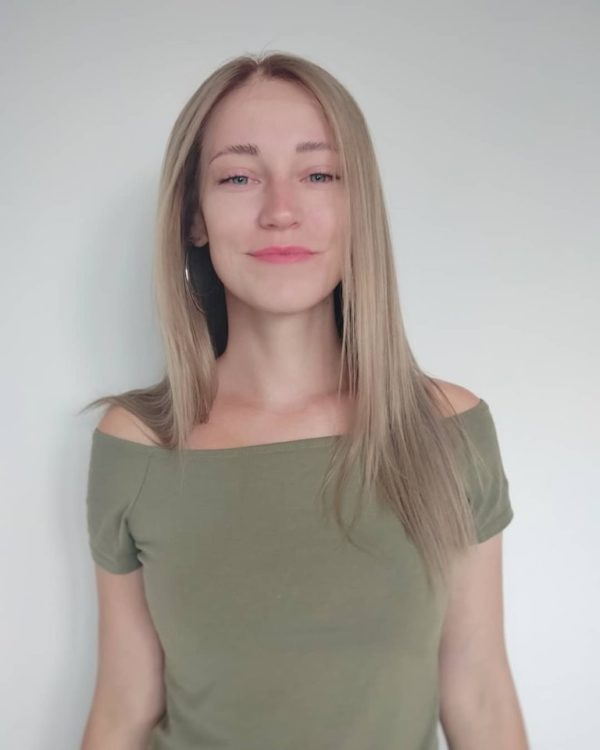 Kouřová blond paruka z pravého vlasu.
