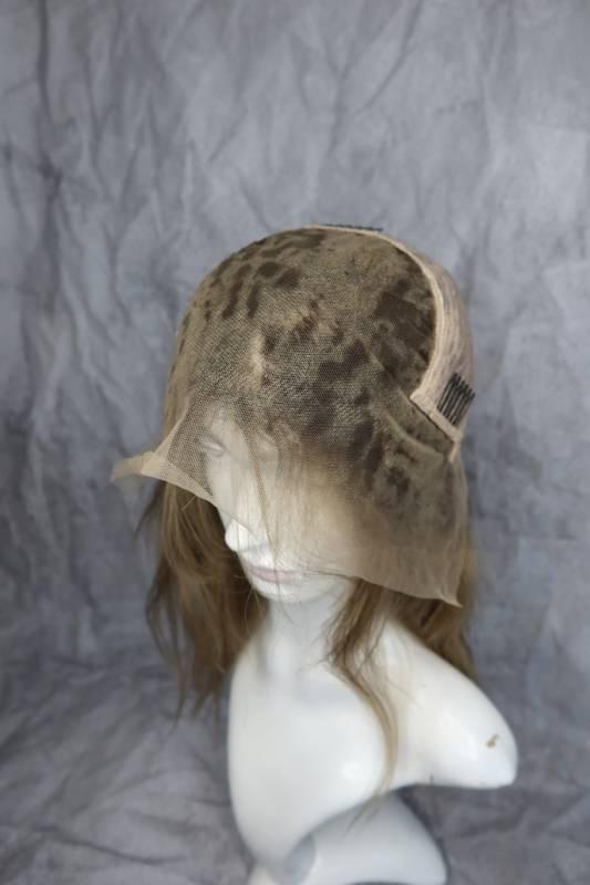 Paruka z pravých vlasů v přirozené blond barvě.
