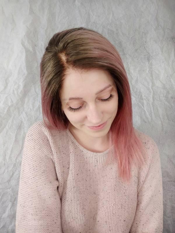 Paruka z pravého vlasu tentokrát v odvážné růžové barvě s odrosty.