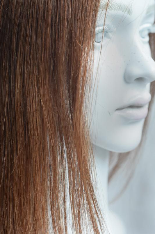 Oříškově hnědá paruka z pravého vlasu s délkou na ramena.