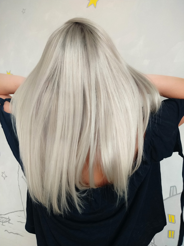 Pravý vlas, paruka v šedé barvě.