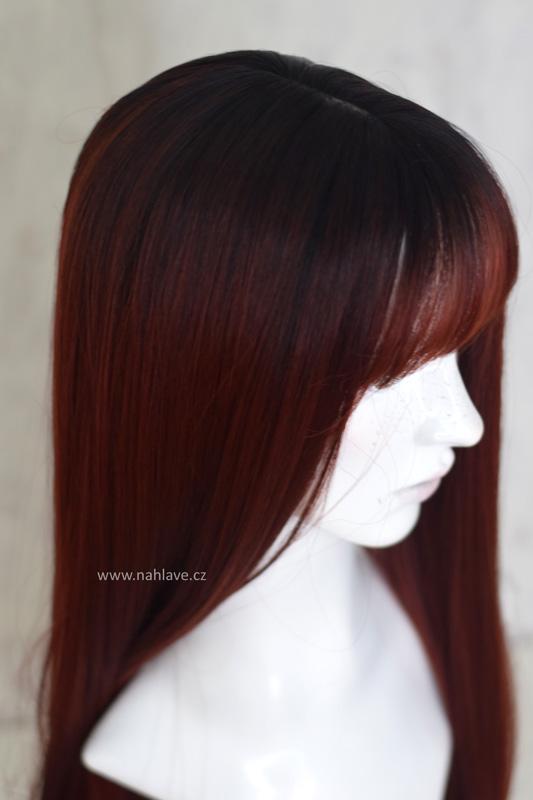 Dámská paruka ze syntetického materiálu v tmavě červené barvě s délkou pod ramena.