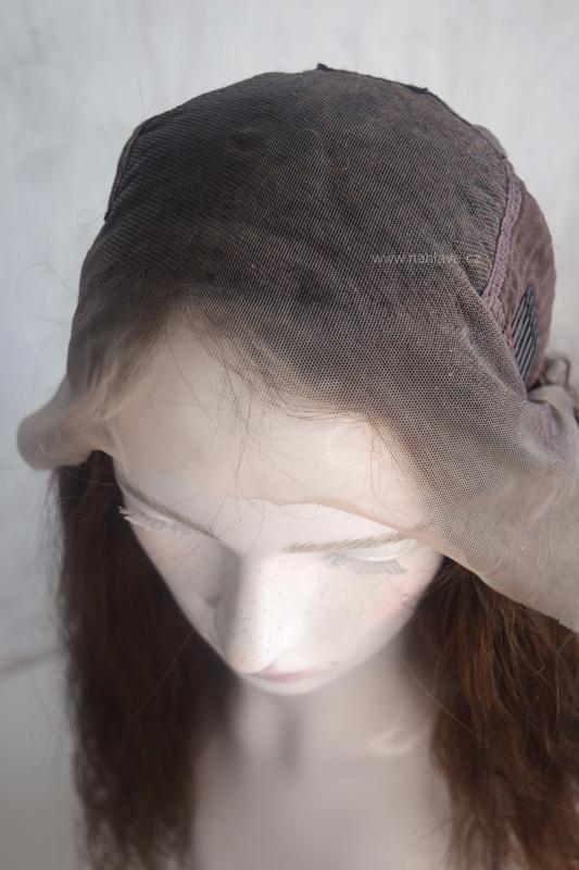 Dámská paruka v pravém vlasu, hnědé barvě a přirozených vlnek.