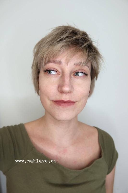 Paruka, parochne z pravých vlasů v krátkém střihu a blond barvě.
