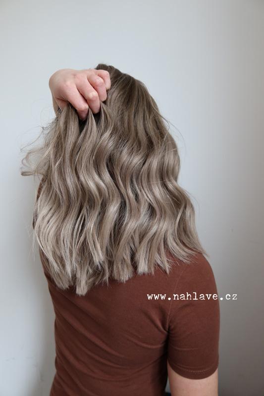 Paruka z pravých, reálných vlasů, v kouřovém zabarvení a délkou lehce pod ramena.