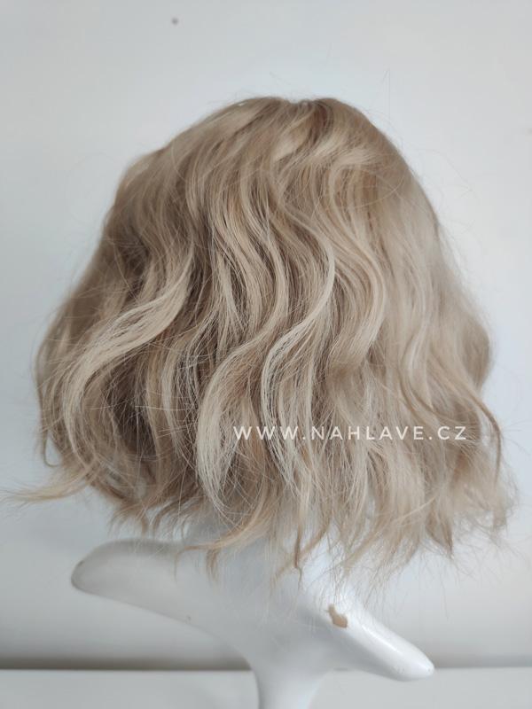 Syntetická dámská paruka s ofinou v blond barvě a jemným vlněním.