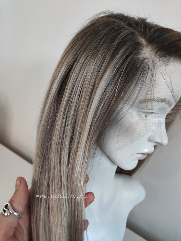 Paruka z pravých vlasů v ash blond barvě.