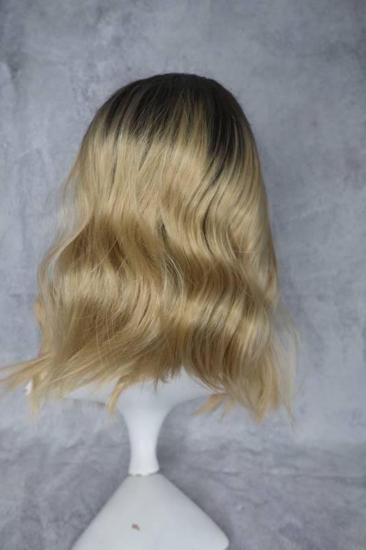 Paruka ze syntetického materiálu v blond provedení a delšími odrosty.
