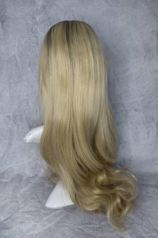 Paruka ze syntetického vlákna v blond barvě a dlouhé délce.