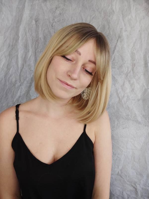 Paruka s ofinou v blond provedení.